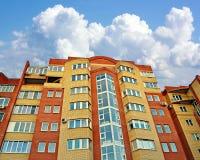 Νέο multi-storey κτήριο ενάντια στο μπλε ουρανό Στοκ Εικόνα