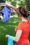 Νέο mum που κρεμά το πλυντήριο Στοκ Εικόνες