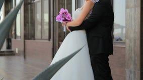 Νέο Newlyweds που αγκαλιάζει μεταξύ τους φιλμ μικρού μήκους