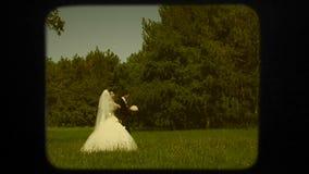 Νέο Newlyweds που περπατά στην πράσινη εκμετάλλευση πάρκων απόθεμα βίντεο