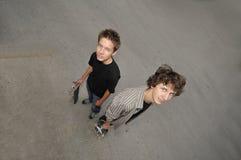 Νέο oudoor αγοριών που έχει τη διασκέδαση Στοκ φωτογραφία με δικαίωμα ελεύθερης χρήσης