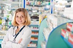 Νέο pharmcist στο φαρμακείο στοκ φωτογραφία με δικαίωμα ελεύθερης χρήσης