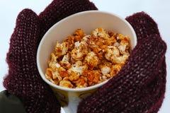 Νέο popcorn εκμετάλλευσης γυναικών το χειμώνα, στα γάντια στοκ φωτογραφίες με δικαίωμα ελεύθερης χρήσης