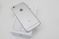 Νέο smartphone iPhone της Apple Unboxing 6S Στοκ φωτογραφία με δικαίωμα ελεύθερης χρήσης