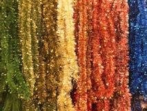 Νέο tinsel έτους και Χριστουγέννων της διαφορετικής σύστασης υποβάθρου χρωμάτων Στοκ Φωτογραφία