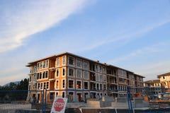 Νέο townhouse Brend κτήριο με το εργοτάξιο οικοδομής Στοκ εικόνες με δικαίωμα ελεύθερης χρήσης