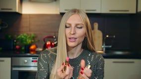 Νέο vlogger που μιλά για το κραγιόν για τα χείλια Ελκυστική νέα γυναίκα που μιλά για το καλλυντικό κραγιόν για τα χείλια ενώ απόθεμα βίντεο