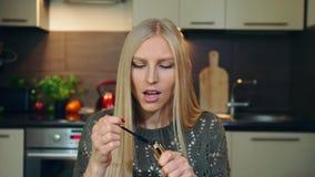 Νέο vlogger που μιλά για mascara makeup Ελκυστική νέα γυναίκα που μιλά για καλλυντικό mascara πυροβολώντας το βίντεο φιλμ μικρού μήκους