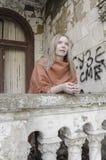 Νέο womanan κοίταγμα προς τα εμπρός με την αναμονή Στοκ Εικόνες