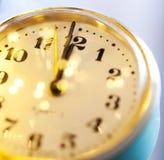 νέο Year& x27 s στα μεσάνυχτα - ρολόι σε δώδεκα o& x27 ρολόι με το λι διακοπών Στοκ Φωτογραφίες