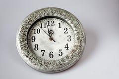 νέο Year& x27 s στα μεσάνυχτα - ρολόι σε δώδεκα o& x27 ρολόι με το λι διακοπών Στοκ Φωτογραφία