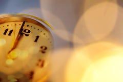 νέο Year& x27 s στα μεσάνυχτα - ρολόι σε δώδεκα o& x27 ρολόι με το λι διακοπών Στοκ φωτογραφίες με δικαίωμα ελεύθερης χρήσης