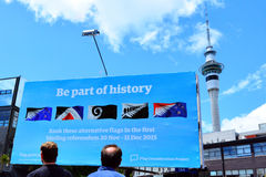 Νέο Zealanders εξετάζει έναν πίνακα διαφημίσεων με το top 5 εναλλακτικό ΝΕ Στοκ Εικόνα