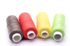 Νήματα για το ράψιμο σε ένα άσπρο υπόβαθρο Στοκ εικόνες με δικαίωμα ελεύθερης χρήσης