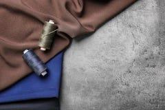 Νήματα με τη βελόνα και υφάσματα για το tailorin στοκ φωτογραφίες