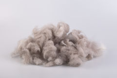 Νήμα ακατέργαστου μαλλιού που κουλουριάζεται σε μια σφαίρα στοκ φωτογραφίες