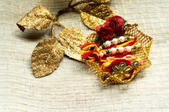 Νήμα Rakhi με τα διακοσμητικά χρυσά φύλλα Στοκ φωτογραφία με δικαίωμα ελεύθερης χρήσης