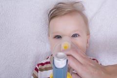 Νήπιο με τον εισπνευστήρα άσθματος στοκ εικόνα με δικαίωμα ελεύθερης χρήσης