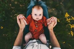 Νήπιο μωρών τρόπο ζωής γονάτων πατέρων στον ευτυχή οικογενειακό υπαίθρια στοκ εικόνες με δικαίωμα ελεύθερης χρήσης