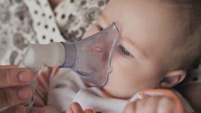 Νήπιο που παίρνει την επεξεργασία αναπνοής από τη μητέρα πάσχοντας από την ασθένεια στενό πρόσωπο - επάνω απόθεμα βίντεο