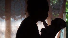 Νήπιο που φιλιέται από τη μητέρα της απόθεμα βίντεο