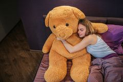 Νίκαια και ελκυστικοί νέοι ύπνοι γυναικών Αγκαλιάζει το μεγάλο παιχνίδι τζιτζίφων με την ευχαρίστηση Η γυναίκα καλύπτεται εν μέρε στοκ φωτογραφία με δικαίωμα ελεύθερης χρήσης