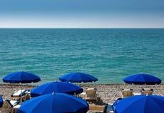 Νίκαια - παραλία με τις ομπρέλες Στοκ Φωτογραφίες