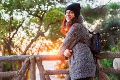 Νίκαια που φαίνεται κορίτσι που θέτει και που απολαμβάνει το όμορφο ζωηρόχρωμο ηλιοβασίλεμα Στοκ Φωτογραφία