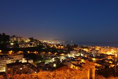 Νίκαια τή νύχτα από μακριά με πολλά φω'τα στοκ φωτογραφία με δικαίωμα ελεύθερης χρήσης