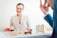 Νίκη επιχειρηματιών στο σκάκι λόγω της καλύτερης στρατηγικής στοκ εικόνες με δικαίωμα ελεύθερης χρήσης