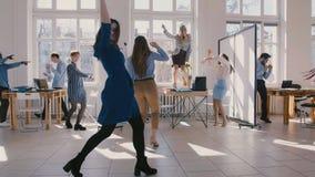 Νίκη μαζί εορτασμού δύο νέα συνέταιρων διασκέδασης θηλυκή που χορεύου απόθεμα βίντεο