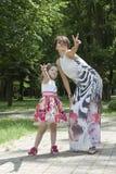 Νίκη του mum και της κόρης Στοκ φωτογραφία με δικαίωμα ελεύθερης χρήσης
