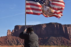Ναβάχο Ινδός που αυξάνει τη αμερικανική σημαία Στοκ φωτογραφία με δικαίωμα ελεύθερης χρήσης