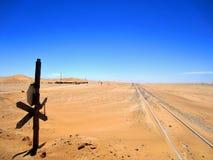 Ναμίμπια, τραίνο-διαδρομή που τρέχει κατά μήκος της ακτής στον κόλπο Walvis στοκ εικόνες