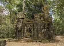 Ναοί κοντά σε Angkor Wat το καυτό ηλιόλουστο βράδυ Στοκ Φωτογραφία