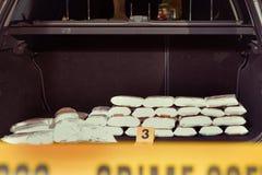 Ναρκωτικά που βρίσκονται στον κορμό αυτοκινήτων από την αστυνομία στοκ εικόνες