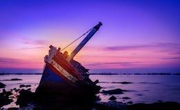 Ναυάγιο στον ουρανό ηλιοβασιλέματος και λυκόφατος Στοκ φωτογραφίες με δικαίωμα ελεύθερης χρήσης