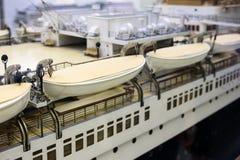 Ναυαγοσωστικές λέμβοι που κρεμούν κατά μήκος του ανώτερου καταστρώματος ενός πλοίου στοκ φωτογραφίες