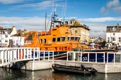 Ναυαγοσωστική λέμβος που δένεται στο λιμάνι Στοκ Εικόνες