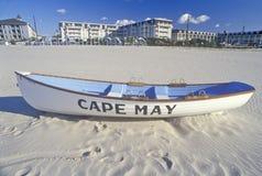 Ναυαγοσωστική λέμβος στην παραλία το πρωί, ακρωτήριο Μάιος, NJ στοκ εικόνες