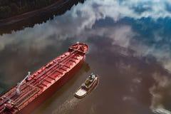 Ναυλωτής και ρυμουλκό στον ποταμό Penobscot στοκ φωτογραφία με δικαίωμα ελεύθερης χρήσης