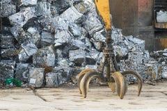 Ναυπηγείο απορρίματος με την αρπαγή και τα συντριμμένα αυτοκίνητα Στοκ φωτογραφία με δικαίωμα ελεύθερης χρήσης