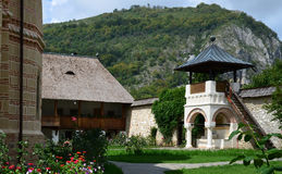 Ναυπηγείο και καμπαναριό μοναστηριών Polovragi Στοκ φωτογραφίες με δικαίωμα ελεύθερης χρήσης