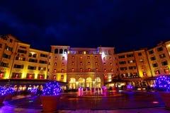 Ναυπηγείο ξενοδοχείων στο πνεύμα Χριστουγέννων τή νύχτα Στοκ Φωτογραφία