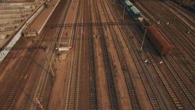 Ναυπηγείο σιδηροδρόμων με πολλά γραμμές σιδηροδρόμων και φορτηγά τρένα _ φιλμ μικρού μήκους