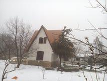Ναυπηγείο σπιτιών που καλύπτεται με το βαθύ χιόνι Στοκ Εικόνα