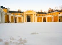 Ναυπηγείο του ρωσικού κλασσικού παλατιού Arkhangelskoe κάτω από το χιόνι Στοκ Εικόνες