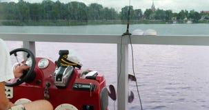 Ναυσιπλοΐα μέσω της λίμνης Το Capitan οδηγεί το ταχύπλοο σκάφος φιλμ μικρού μήκους