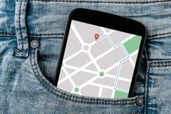 Ναυσιπλοΐα app χαρτών ΠΣΤ στην οθόνη smartphone στην τσέπη τζιν Στοκ Εικόνες