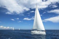 ναυσιπλοΐα Βάρκα στο regatta ναυσιπλοΐας Σειρές των γιοτ πολυτέλειας στην αποβάθρα μαρινών Ταξίδι Στοκ εικόνες με δικαίωμα ελεύθερης χρήσης